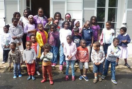 Les enfants rassemblés autour de N'Dèye